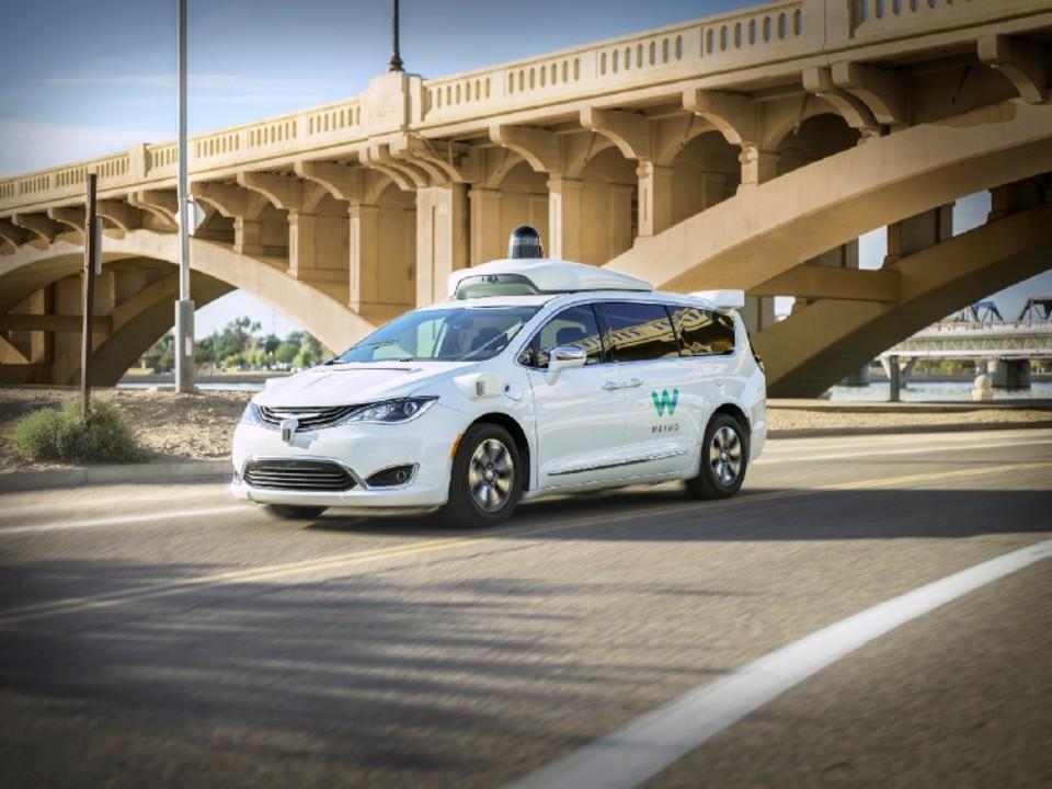 Googleの自動運転車Waymoがついに実用化。お金もらってお客さんを乗せます!