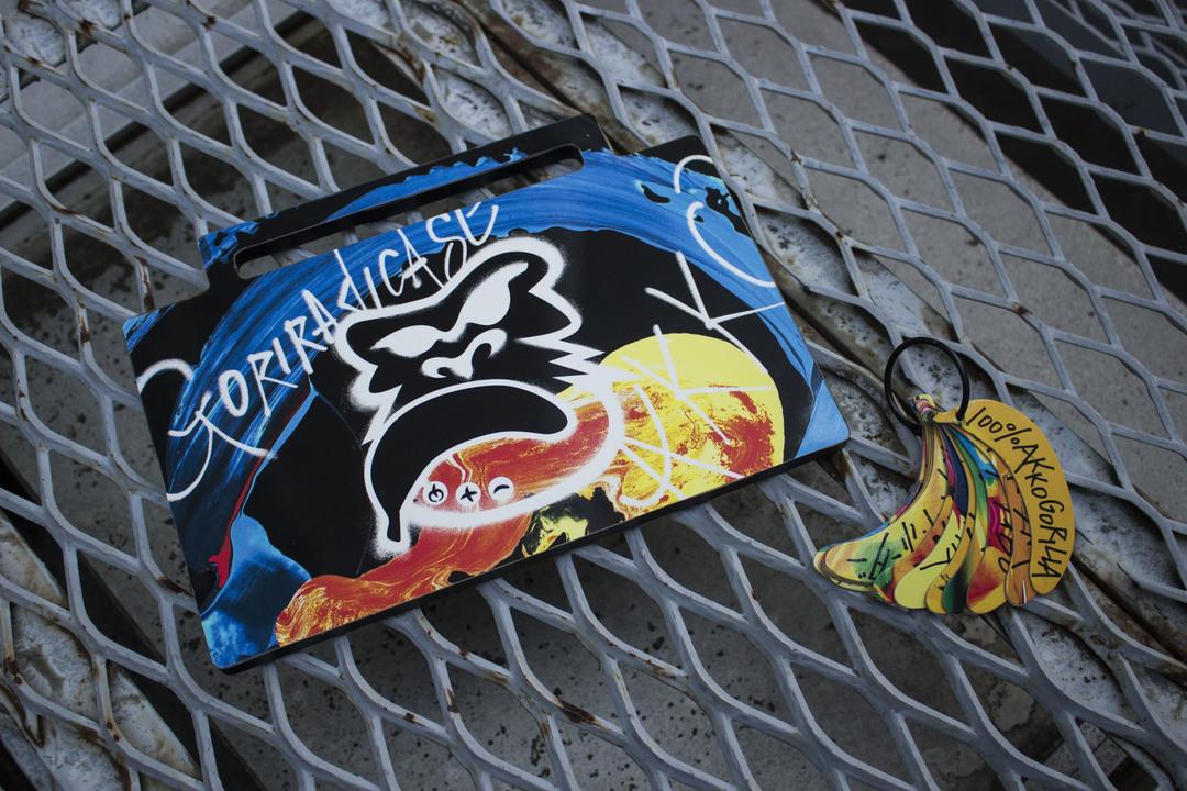 ラッパー・あっこゴリラによる「ゴリラジカセ」は、ゴリラとバナナがビートを刻む
