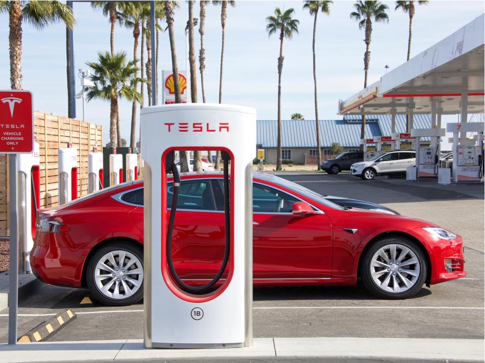 Tesla車:自宅から職場まで完全自動運転できるようになるぞ