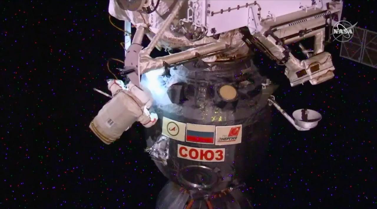 前代未聞のナイフを駆使する宇宙遊泳がライブ配信! ISSに空いていた穴を検査