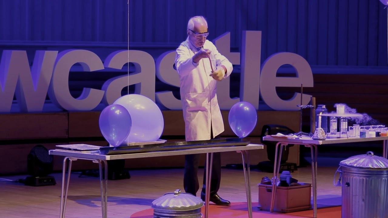 15分間で25種の科学実験を披露する老化学者、TEDxに感動と爆笑をもたらす