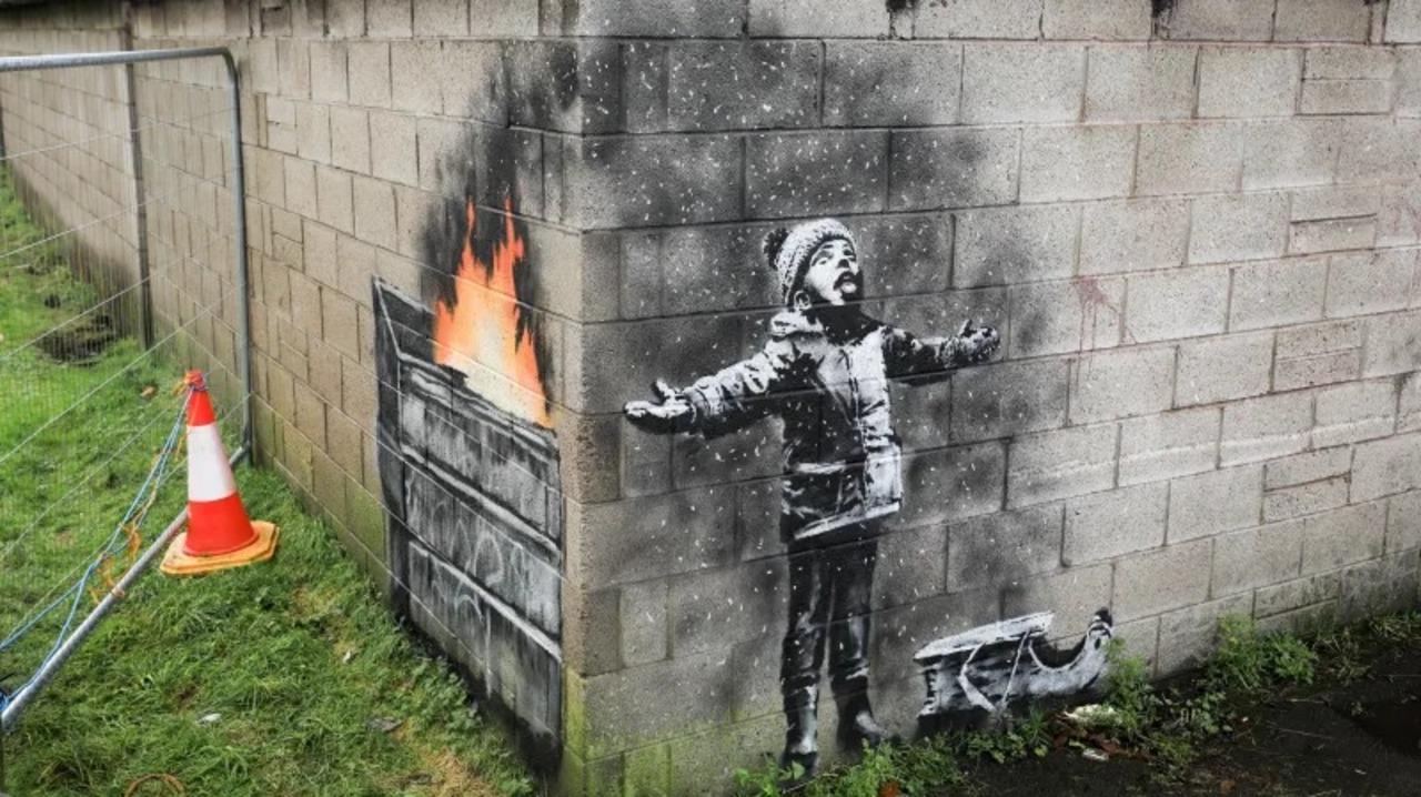 バンクシーがストリートに復帰。年の瀬のご挨拶は大気汚染を皮肉るアート