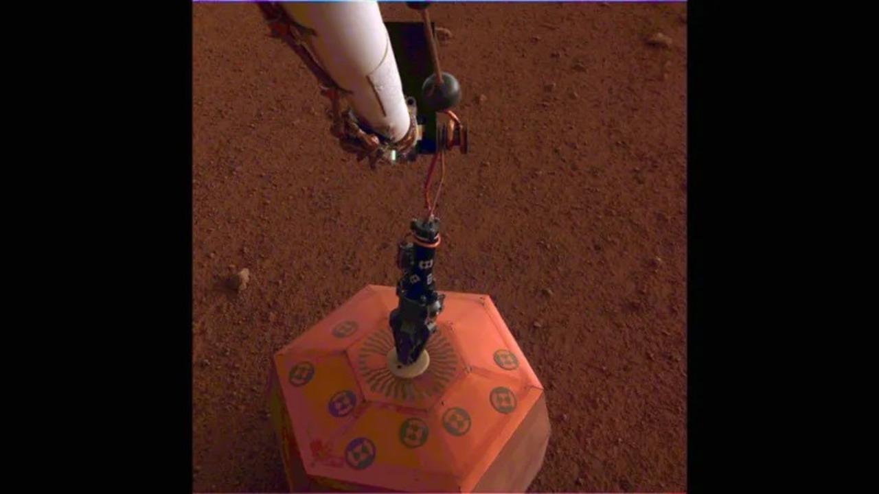 火星で冷や汗クレーン・ゲーム。探査機InSightが地震計設置に成功