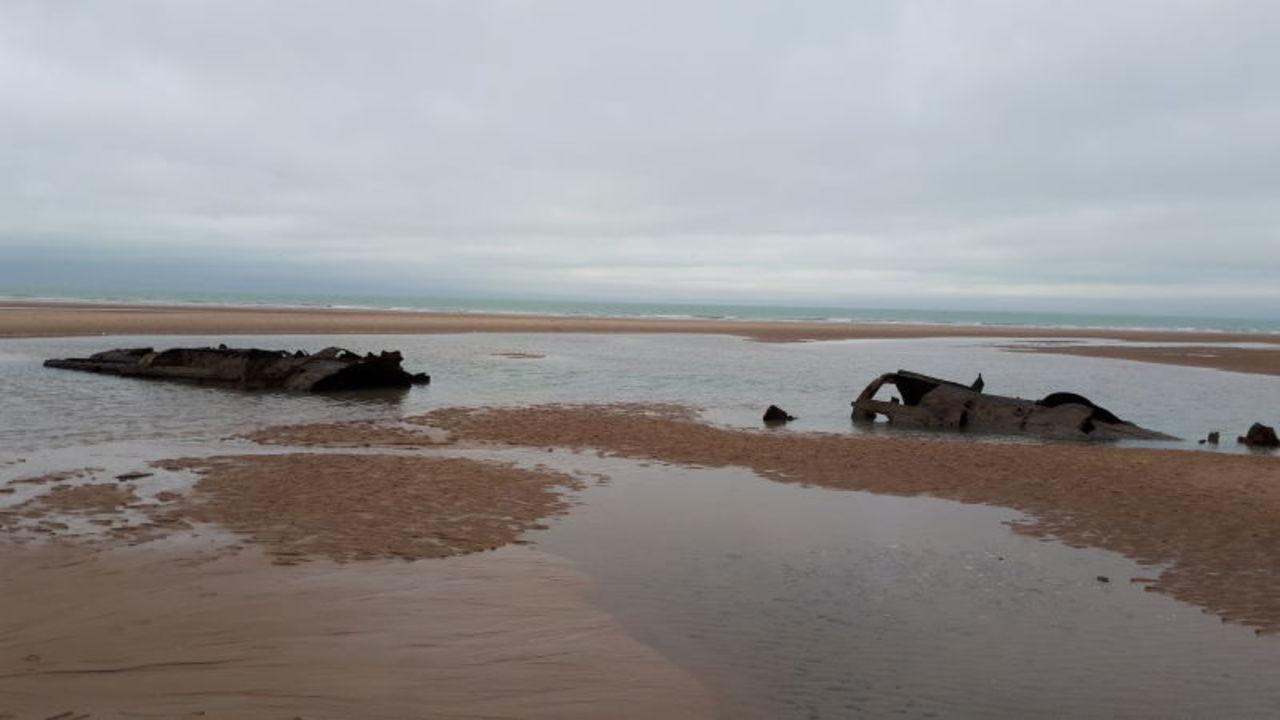 WW1のドイツ潜水艦の残骸、フランスの海岸に姿を現す
