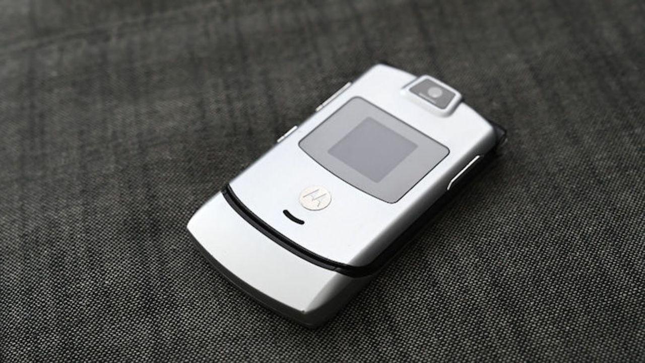 一時代を築いた携帯電話Motorola Razrが、曲がるディスプレイ端末として復活?