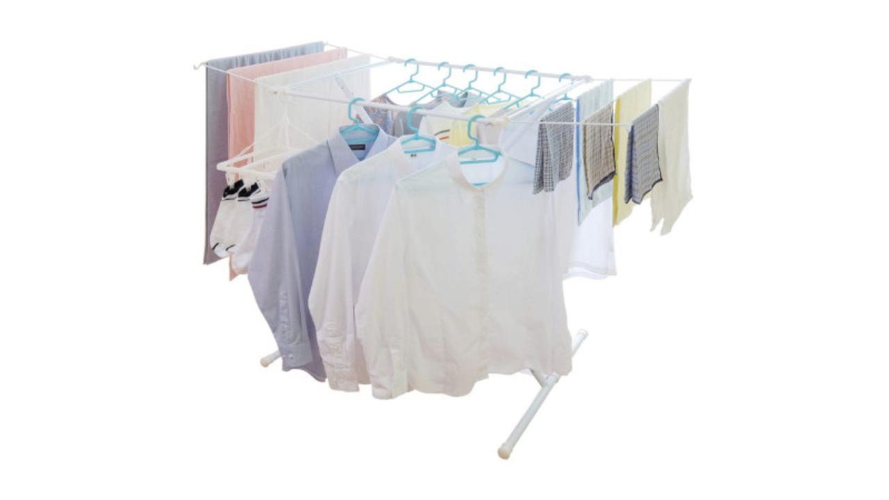 量に合わせて形を変える物干しラックで、洗濯中でもお部屋が広々!畳めば7cmになるよ〜