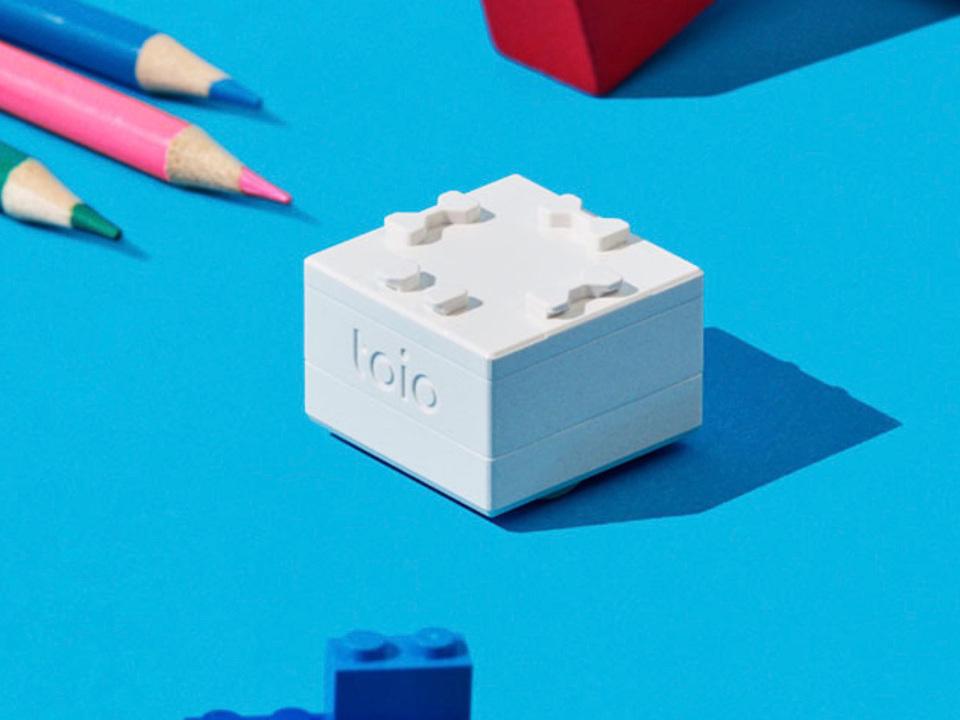小さな四角いロボットが駆け回る。子どもたちの工夫する心を育てるロボットトイ「toio」