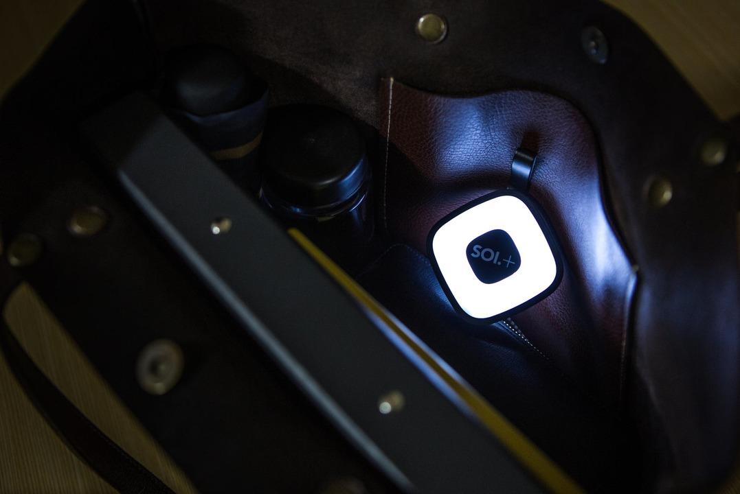 センサーでバッグを照らすライトにもなるモバイルバッテリー「SOI.+」が限定価格で販売開始!