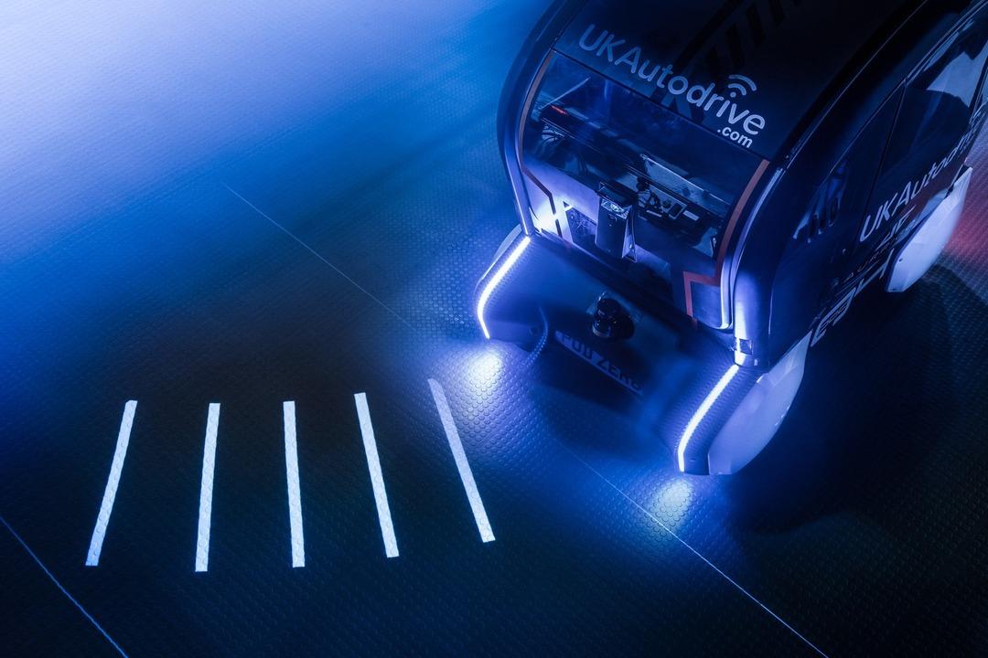ジャガーランドローバーが「光の線路で次の動きを知らせる」自律運転車をテスト中