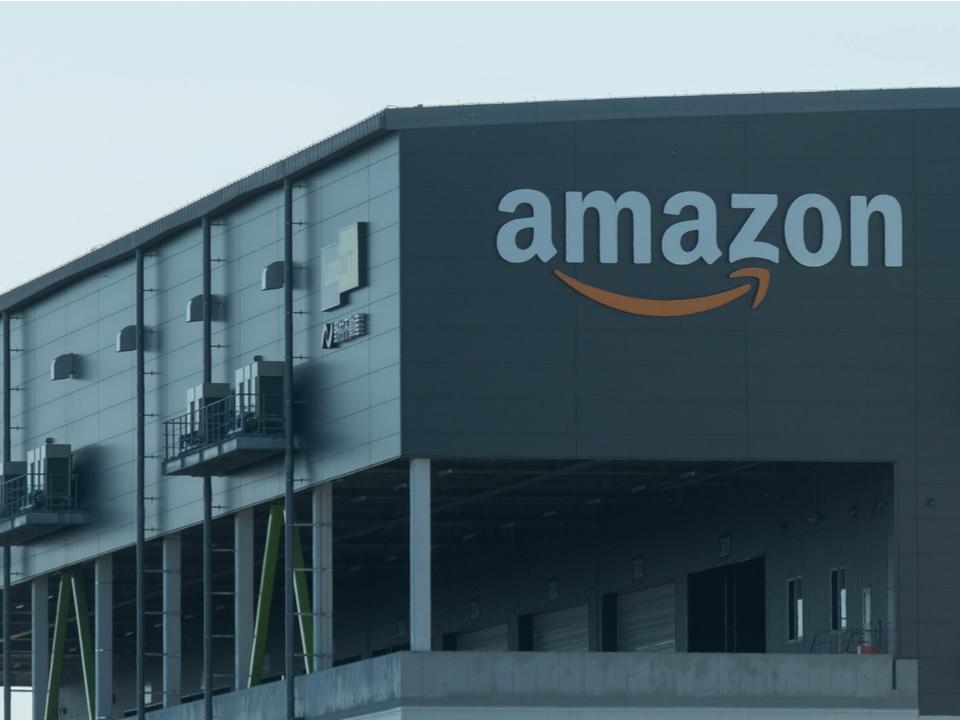 Amazonが倉庫作業員用の「ロボット避けベスト」を開発。これで事故を防げそう…?