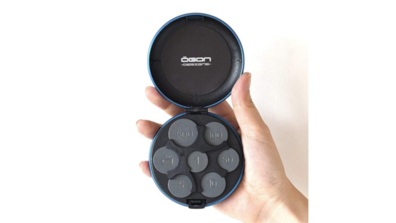 丸いアルミボディを開くとそこには…。 種類別に硬貨を収納できるスマートなコインケース