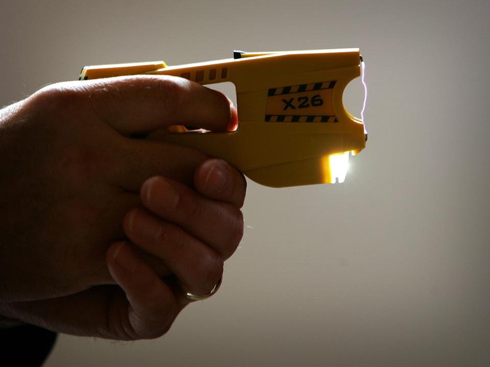 実は事故例多数!テイザー銃っぽいもので撃たれた男性の服が炎上