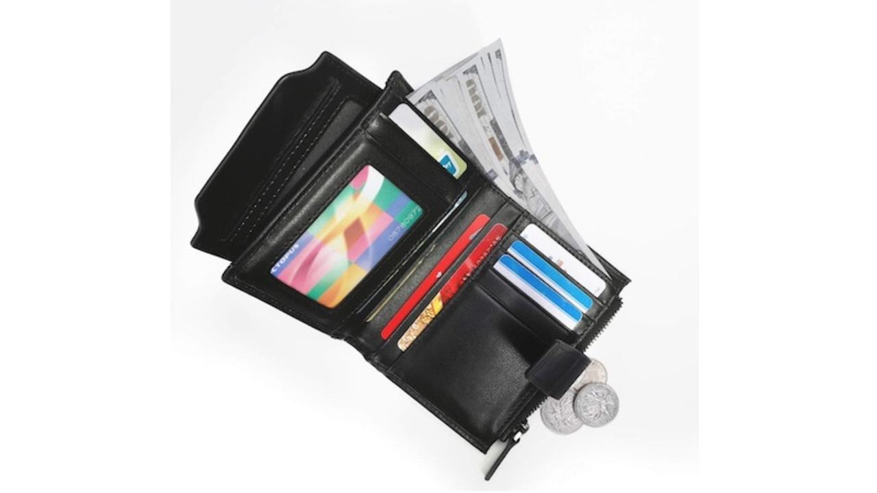 【きょうのセール情報】Amazonで期間限定セールが開催中! 1,000円台の多機能2つ折り財布やミラネーゼストラップの多機能スマートウォッチがお買い得に