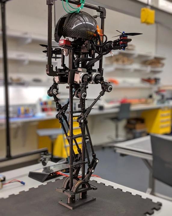 火星進出するかも? 歩いて飛べるドローン型ロボ「レオナルド」