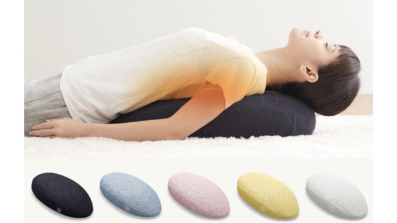 寝るだけで「ストレッチ」と「もみほぐし」。マッサージャー「NEMOMI」で首と背中の疲れをケアしよう