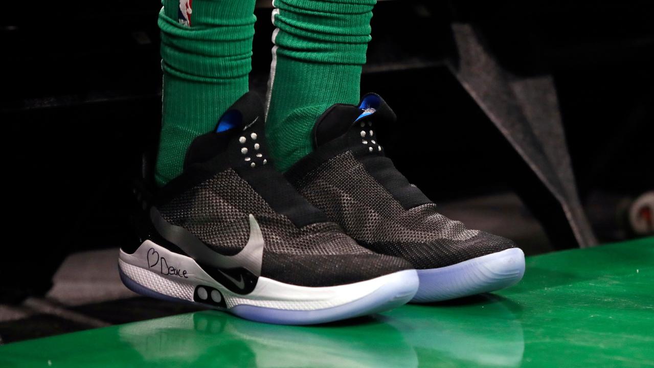 Nikeの自動調整バッシュ、「履ける文鎮」と化す