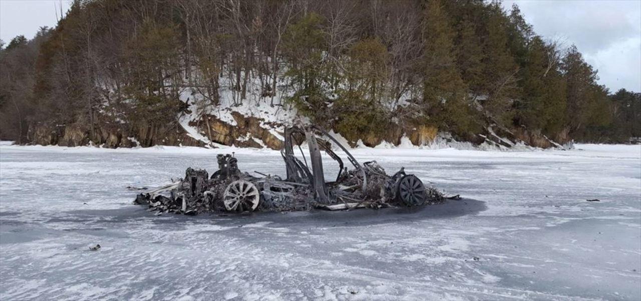 凍った湖で燃えたTesla Model Xの残骸見つかる。詳細不明