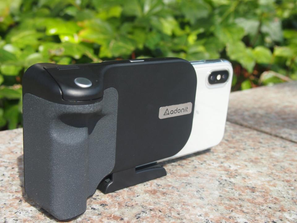 スマホをカメラスタイルにすると撮影が捗る!撮影を快適にし充電もできるグリップ「PhotoGrip Qi」を使ってみた