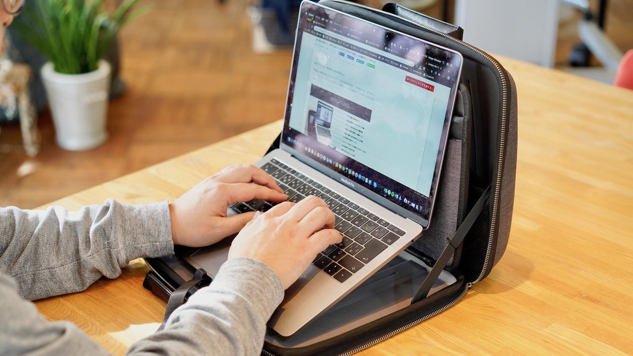 パソコンの高さを調節! 猫背対策になるブリーフケース「MOBICASE」を使ってみた