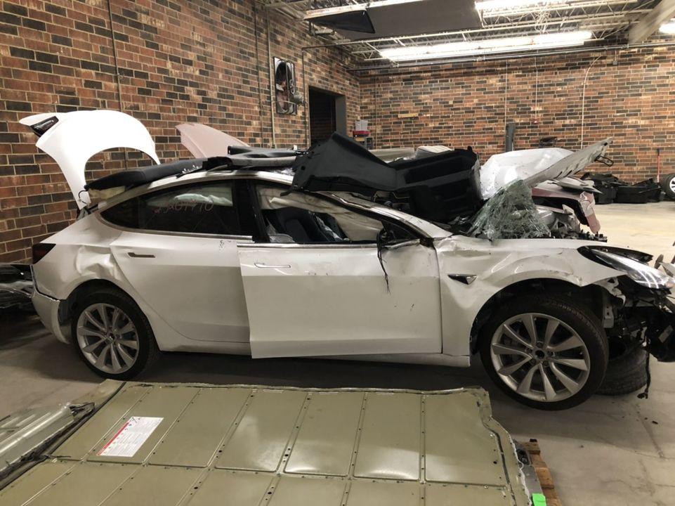 事故で廃棄されたTesla車が、元所有者のデータをたくさん記録してたって