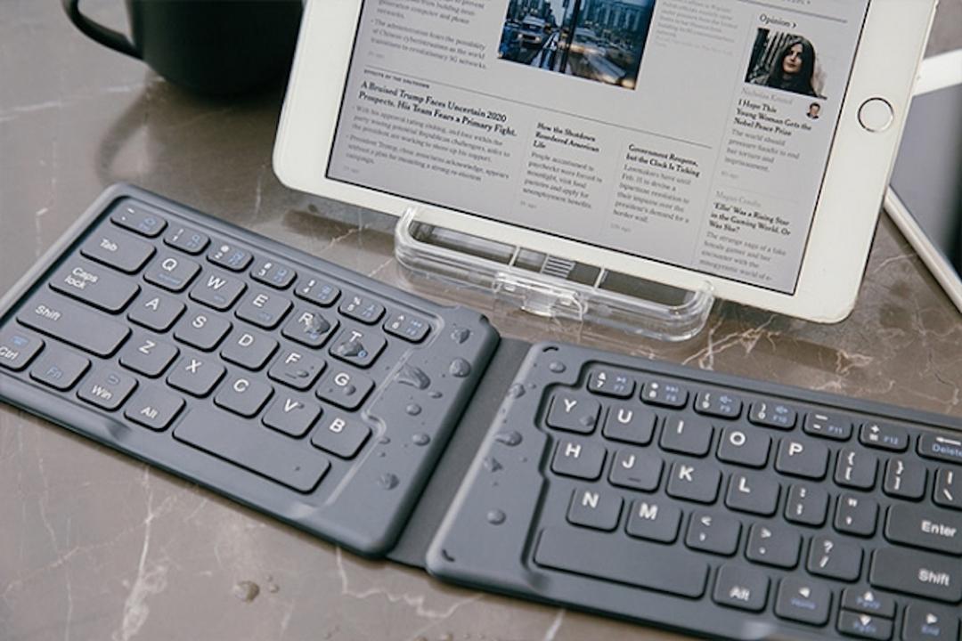 水しぶきに負けないポケットサイズの折りたたみ無線キーボード、あります