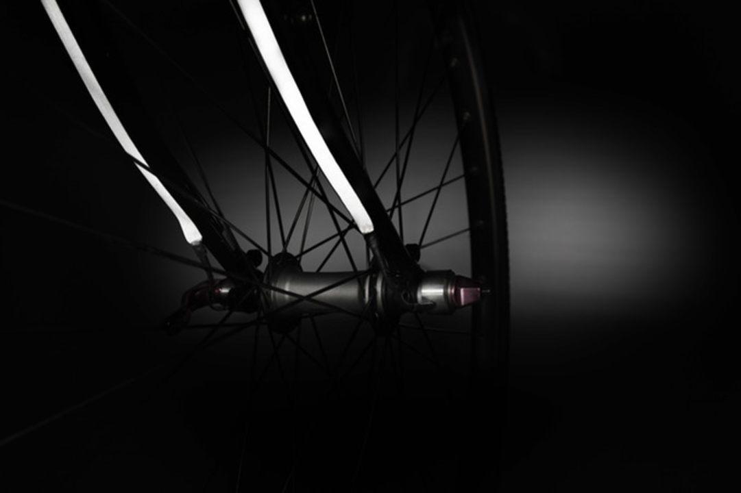 スペースの有効活用。自転車のホイールハブがライトになる
