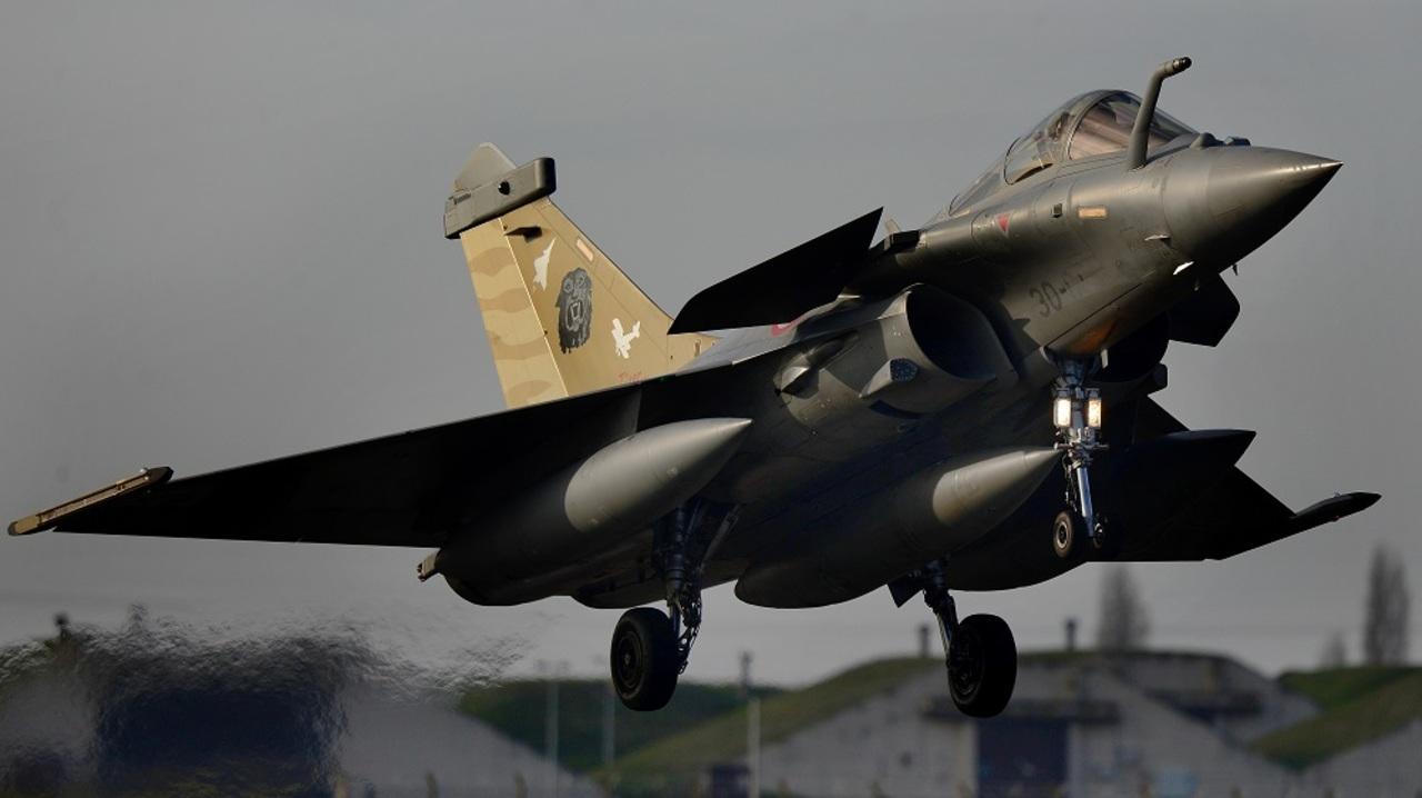 フランス戦闘機がなぜか緊急脱出モードになり民間人を座席ごと射ち出す