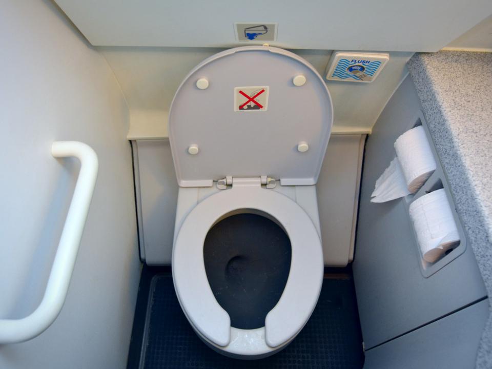 飛行機の轟音吸引トイレが新デザインで静かになるかも