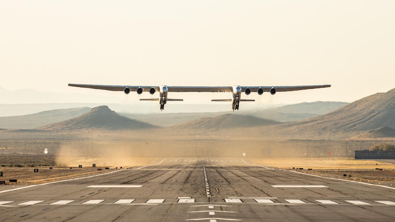 世界最大翼長誇るストラトローンチ、その機体が空を舞う