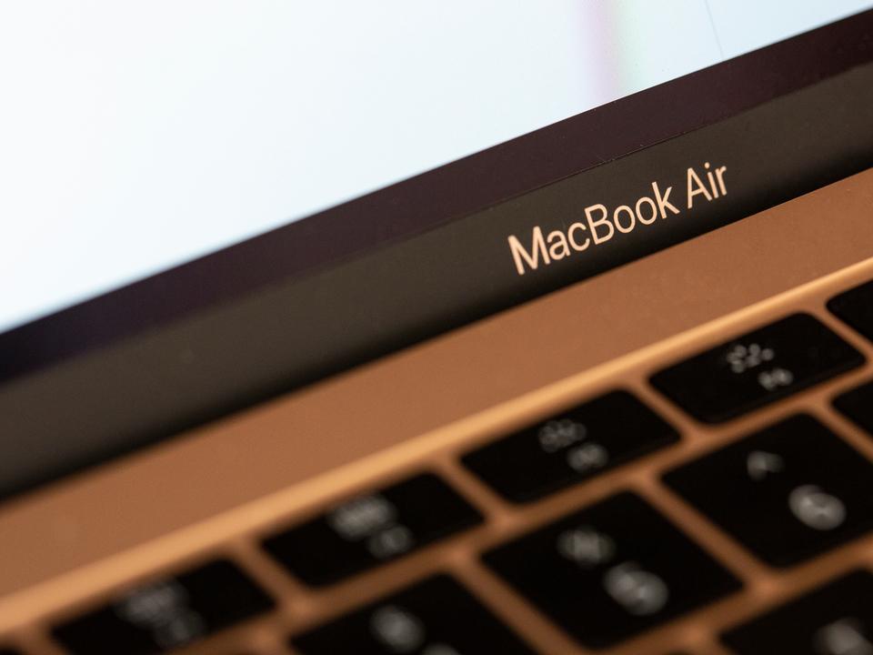 おや? 最新MacBook AirがOSアプデで明るくなったみたい