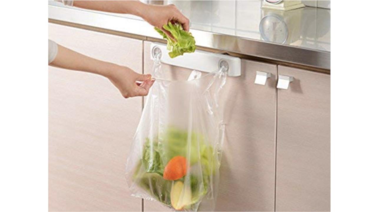 キッチンのゴミ袋やふきんはムニッと押し込むだけ! 濡れた手でも簡単にゴミを片付けられるよ