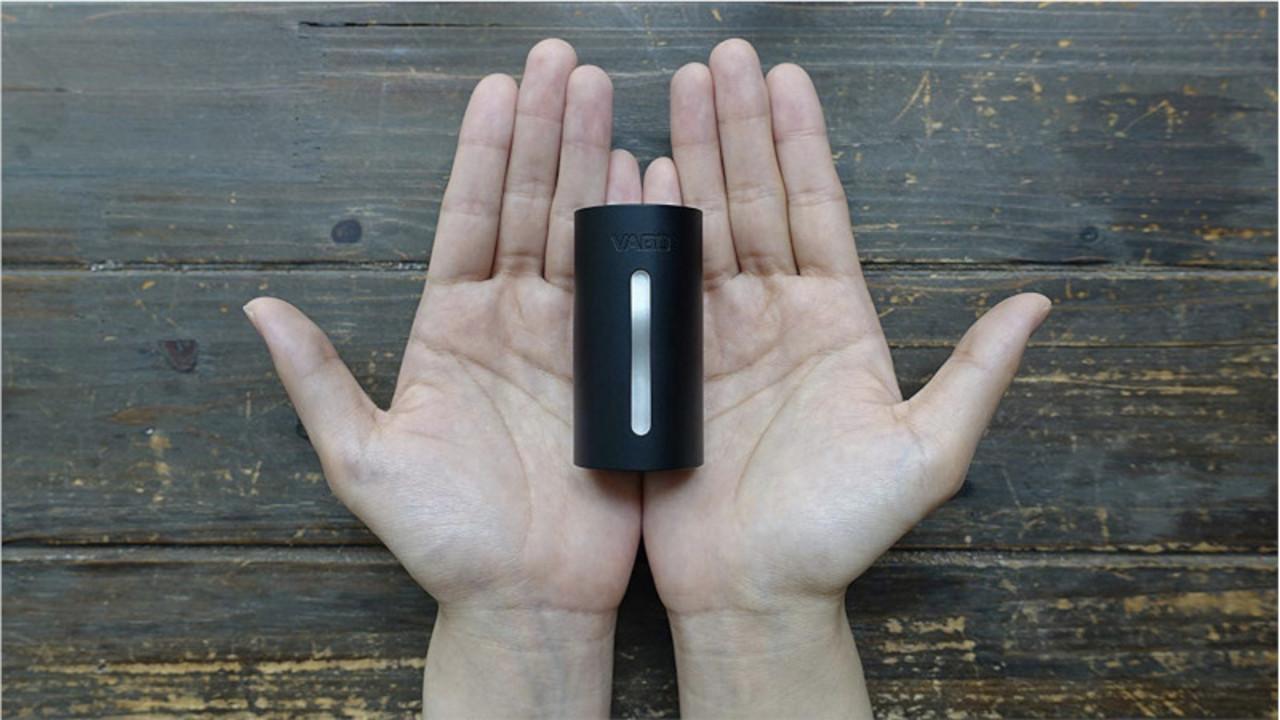 超小型のコイツが、スイッチひとつで自動圧縮してくれる! 飛行機にも持ち込めるから帰りの荷物もコンパクトになるね