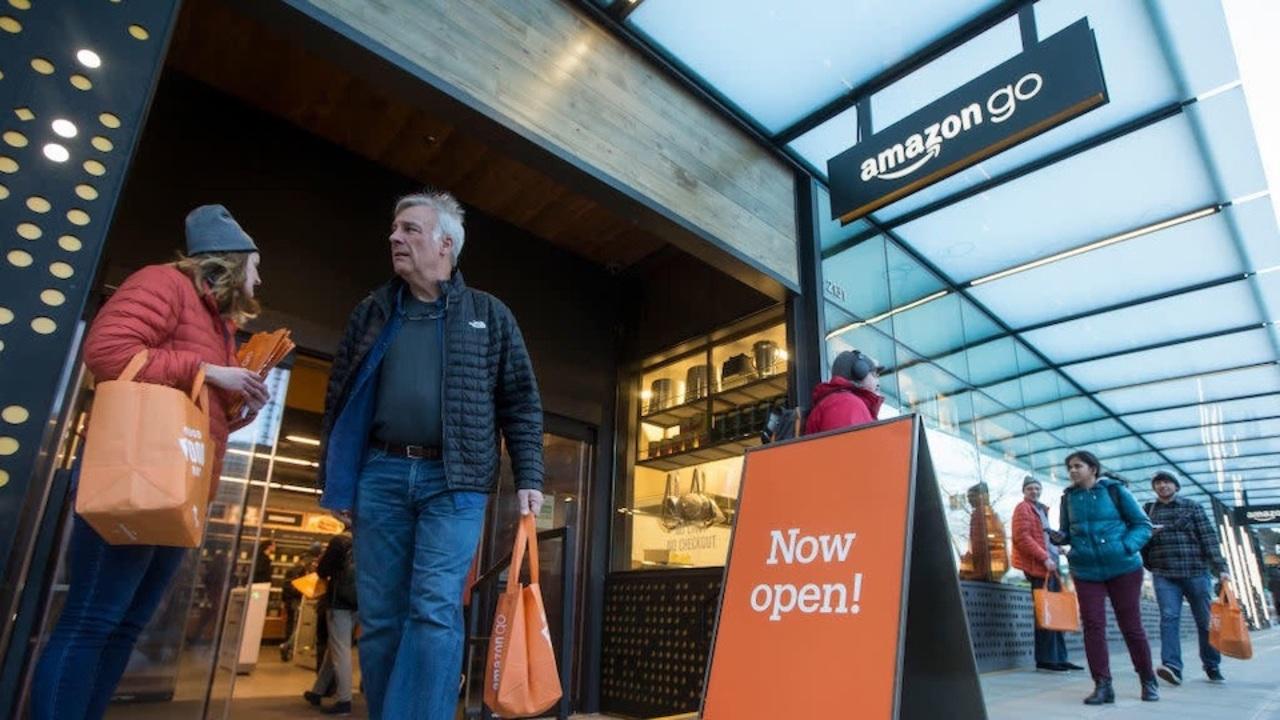 Amazon Go、無人キャッシュレス決済のはずが現金OKにして有人対応