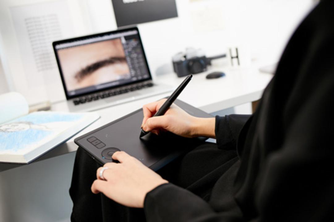Wacomの新ペンタブ「Intuos Pro Small」膝上で筆圧8,000レベル超のお絵かき