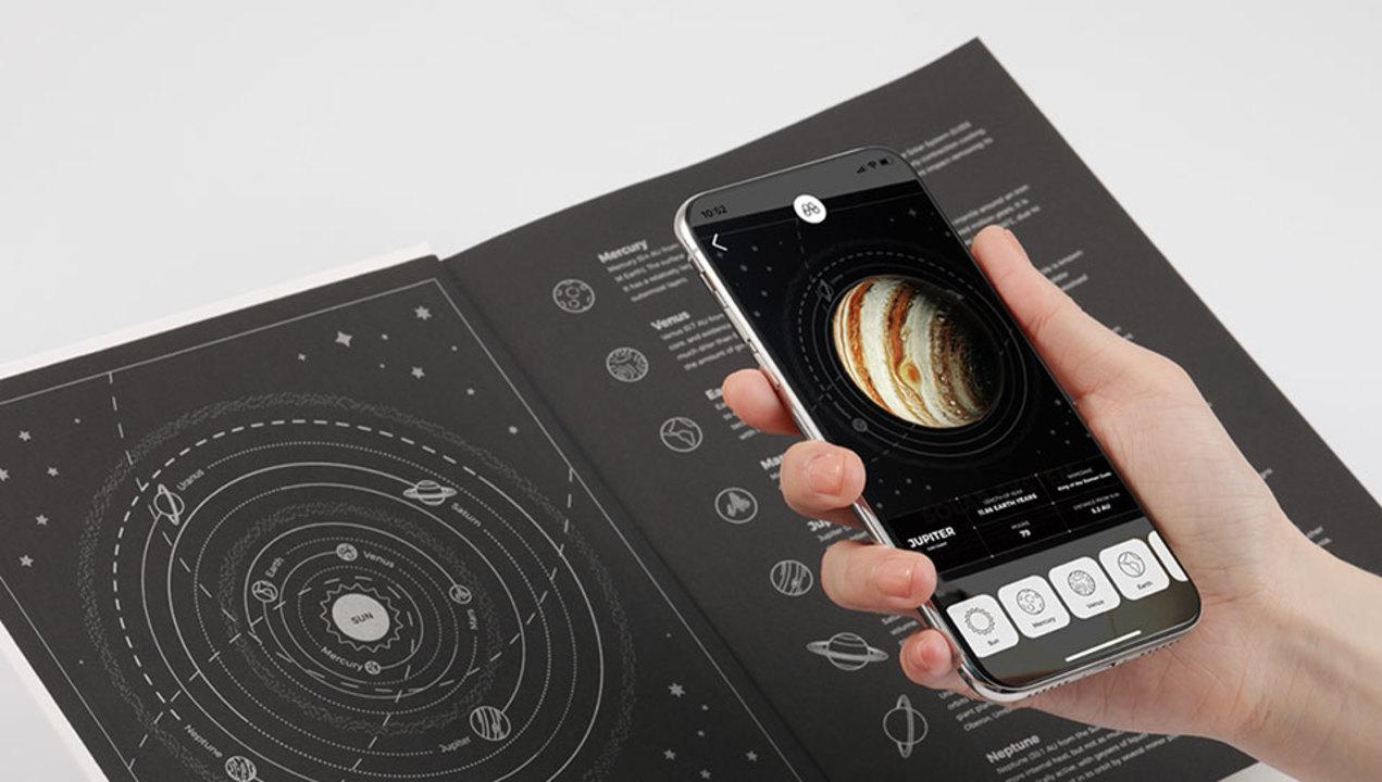 太陽系が手のひらサイズに! NASA60周年を記念したARノート