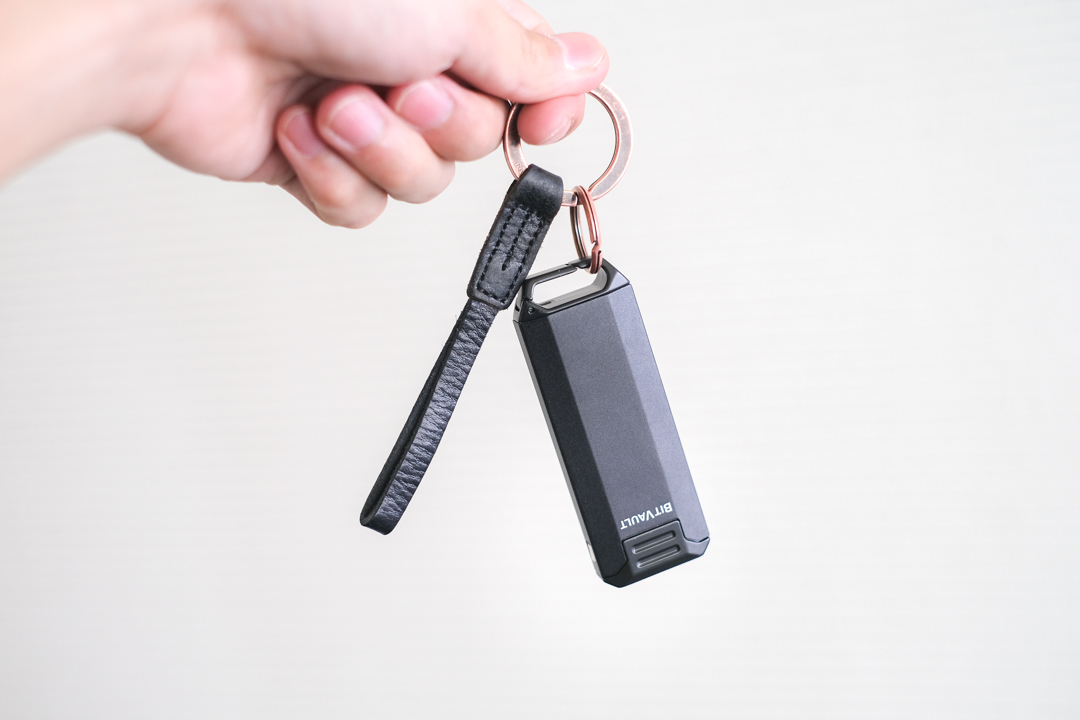 小さなものを快適に持ち運ぶ。コンパクトストレージ付きキーホルダー「BitVault」を使ってみた