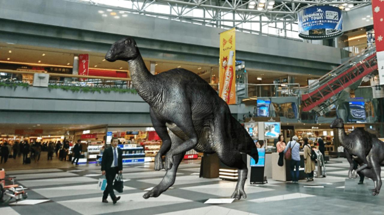 おい、恐竜見ねぇか? 新千歳空港でMRを使った旅行者誘導の実験がスタート