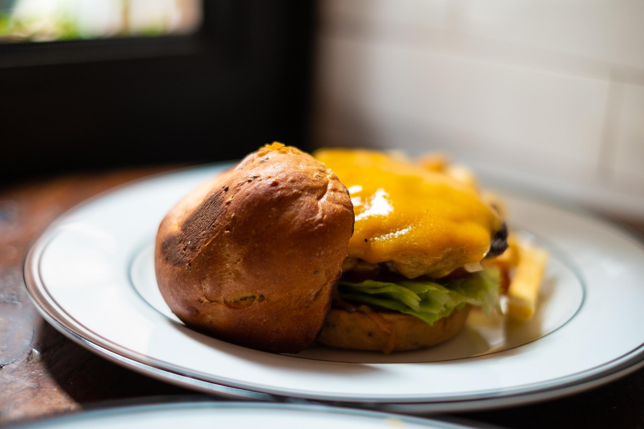 日本発の完全栄養食「ベースブレッド」とコラボした「健康すぎるバーガー」を食べてみた