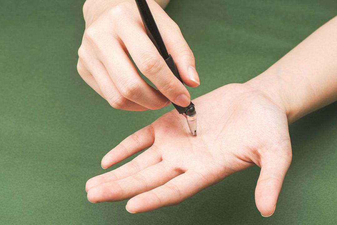 切れるのに切れない?! 特殊デザインで怪我を防ぐ、子どもでも安心な工作ツール「くるくるペンカッター」が登場