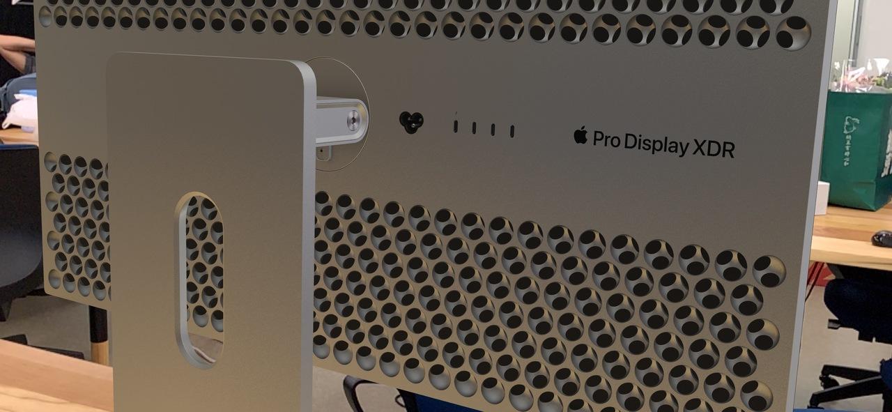 さっそくですが、編集部におろし金の「Mac Pro」と 「Pro Display XDR」を置いてみました #WWDC19