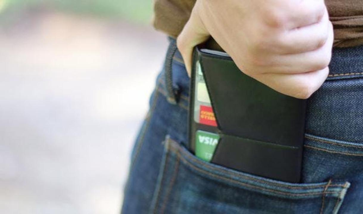 パスポートサイズにすれば収納力アップ?! 旅行専用のミニマルなお財布「Dash Travel Wallet」
