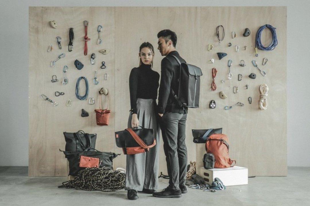梅雨時に嬉しい「撥水・軽量素材」に特化したバッグコレクションが登場! クライミングツールをモチーフにしたTopologieの新作アイテムまとめ