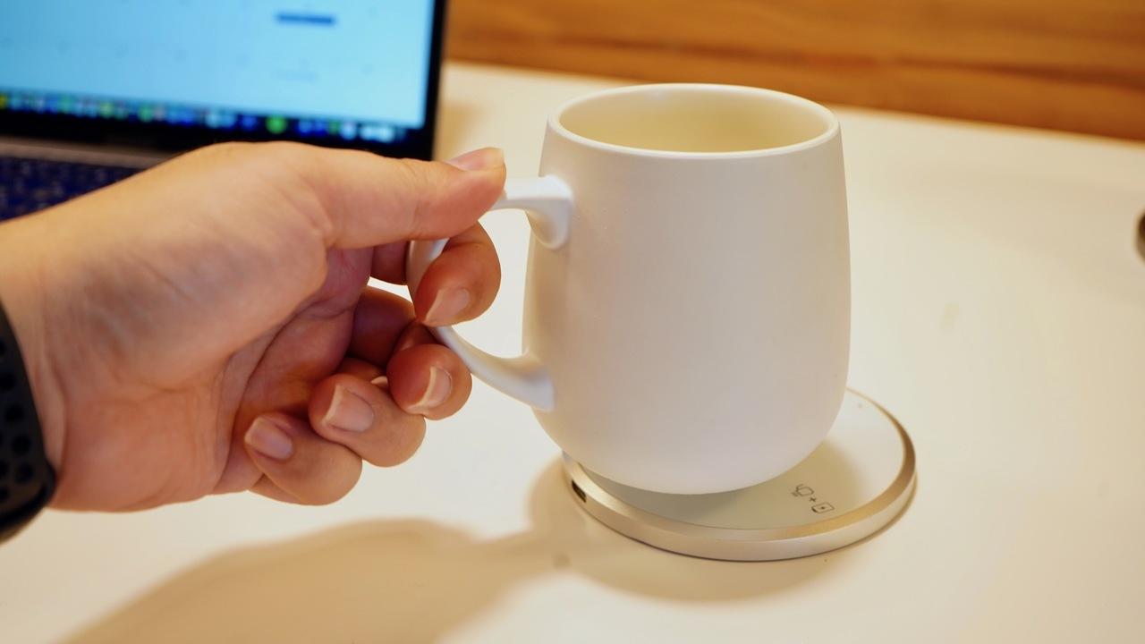 仕事中の45分でアイスコーヒーをホットに! 充電と保温ができる新感覚のマグ「KOPI mug」を使ってみた
