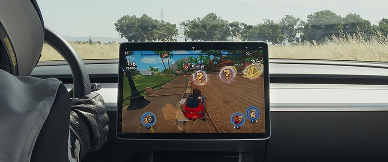 コントローラーはTesla。車内で遊べるModel3仕様のレースゲーム