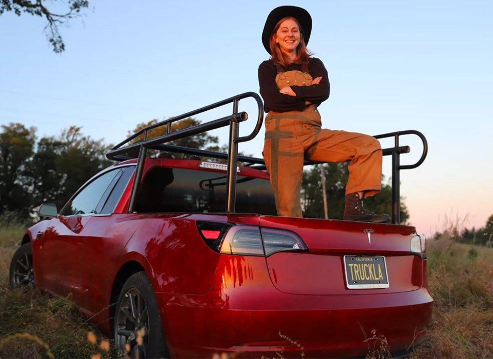 クソロボットの女王、テスラ「Model 3」をピックアップに魔改造&ニセCMを作る