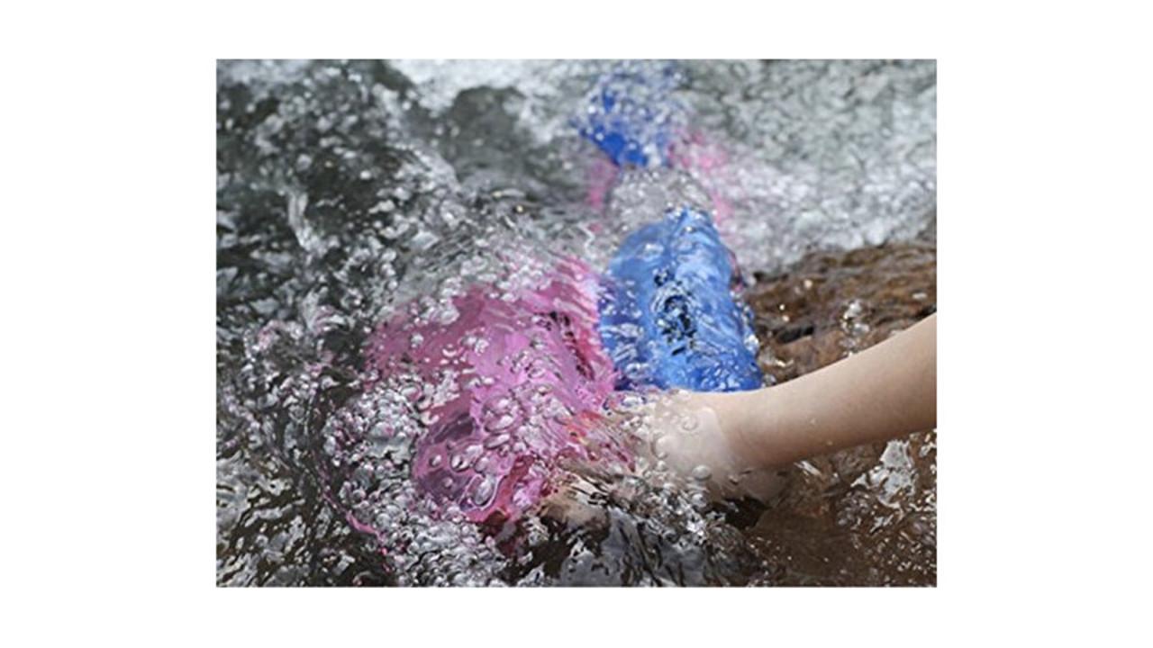 海や川には安心して遊べる防水サコッシュがいい。3重チャックで貴重品を守ってくれるよ