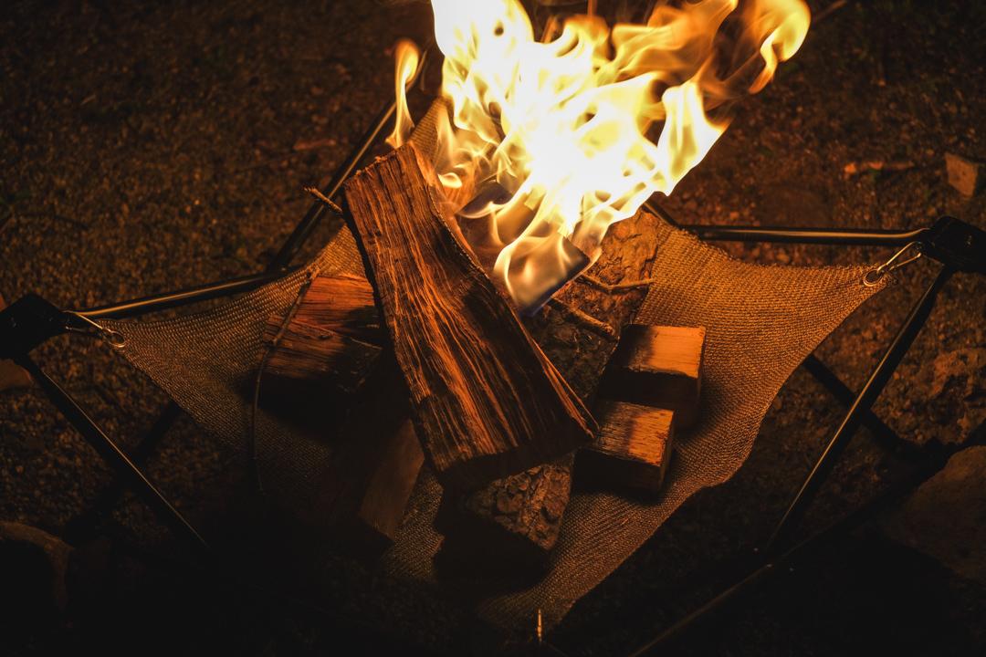 燃えない布の実力とは? 不燃布が特徴の焚き火台+BBQグリル「Folding Fire」でキャンプファイヤーしてみた