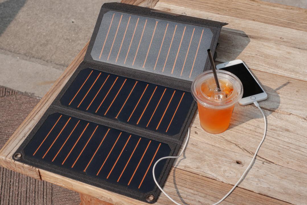 いざという時に安心できるソーラーパワー! RAVPowerの軽量・薄型ソーラーチャージャーがセール価格で登場