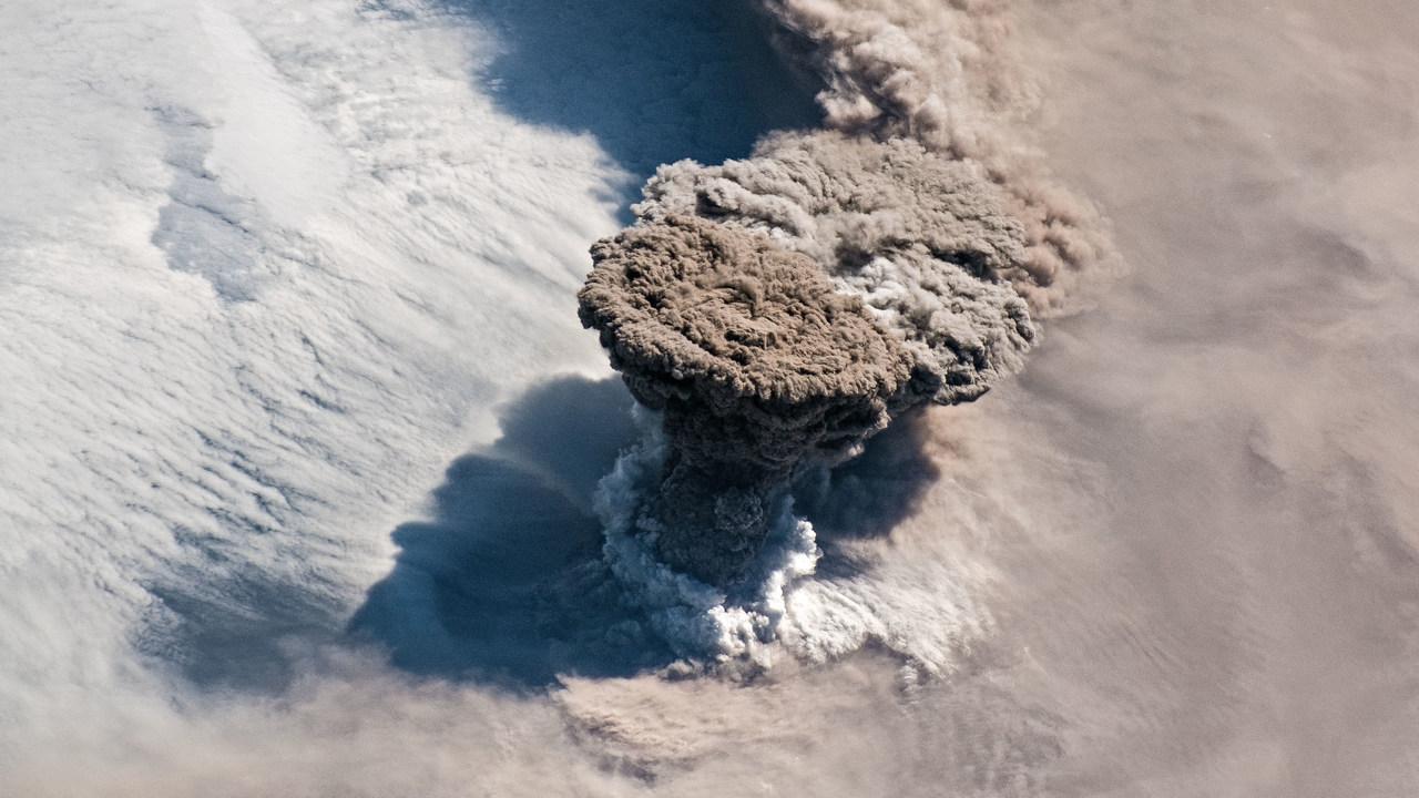 宇宙ステーションから観測された火山噴火がすんごい迫力