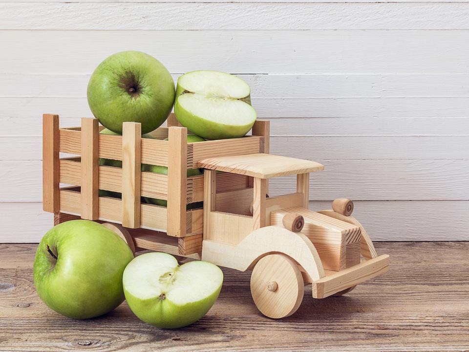 アイブは木と革製のハンドルのない車を構想していた?